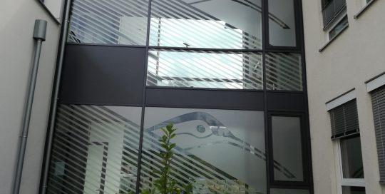 Folierung von großen Fassadenfenstern