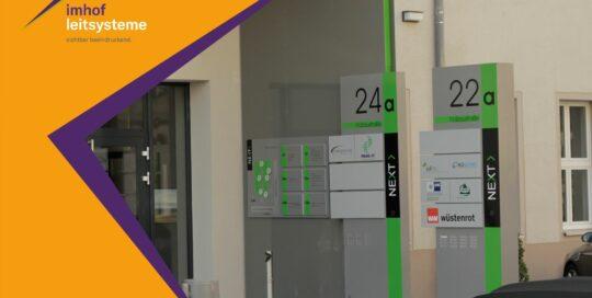 Schilderanlagen bieten Ihnen die perfekte Möglichkeit, Ihre Informationen deutlich zu machen. Ob aus Edelstahl, Glas, Aludibond oder Holz. Den technischen Möglichkeiten sind keine Grenzen gesetzt.